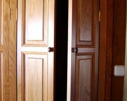 Moble encastat plafons rebaixats roure portes