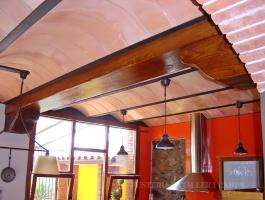 Cuina rustica taronja Freixa vista bigues sostre