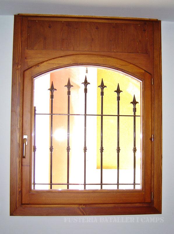 Finestra amb persiana de fusta de pi amb color Interior