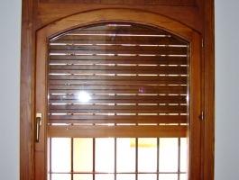 Finestra amb persiana de fusta de pi amb color interior persiana