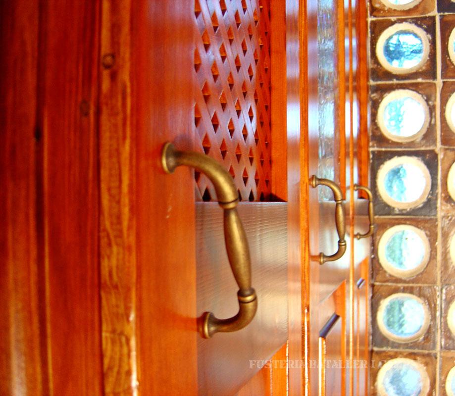 Moble sota escala pi plafons i reixeta tiradors.jpg