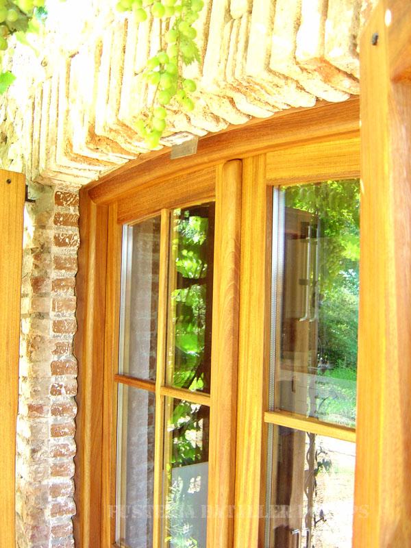 Porta exterior amb porticons i vidriera Iroko detall
