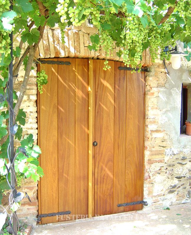Porta exterior amb porticons i vidriera Iroko tancada
