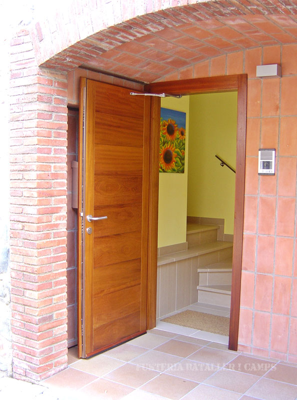Porta exterior plafo japones Iroko.jpg