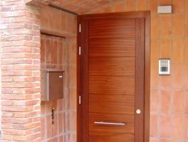 Porta exterior amb plafons Iroko